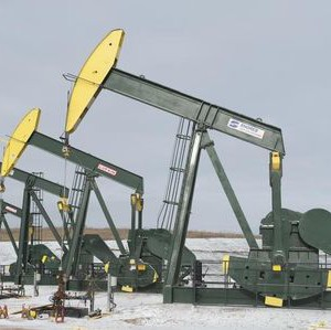 Pumpjacks taken out of production temporarily stand idle at a Hess site while new wells are fracked near Williston, North Dakota November 12, 2014.REUTERS/Andrew Cullen