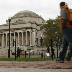 Students walk across the campus of Columbia University in New York in this picture taken October 2, 2009. REUTERS/Mike Segar    (UNITED STATES)