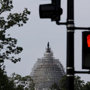 "A pedestrian red light is seen near the U.S. Capitol dome, currently under renovation, in Washington June 8, 2015. The U.S. Congress is ""within striking distance"" of collecting enough votes to pass legislation critical to a major Asian trade pact, House of Representatives Ways and Means Committee Chairman Paul Ryan said on June 4, 2015. REUTERS/Carlos Barria"