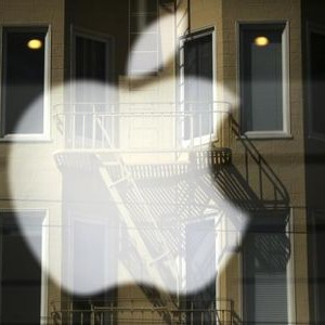 The Apple logo is pictured at a retail store in the Marina neighborhood in San Francisco, California April 23, 2014. The company is set to announce its first quarter earnings. REUTERS/Robert Galbraith