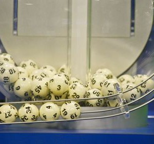 The winning Powerball numbers are shown after being drawn at the Florida Lottery studio in Tallahassee, Florida January 13, 2016.  REUTERS/Philip Sears - RTX22B2Z