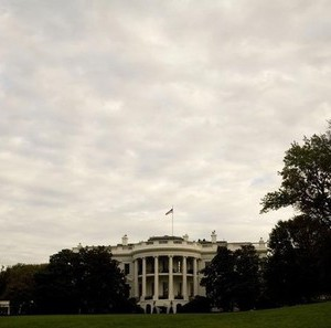 The White House is seen from the South Lawn in Washington October 17, 2008.    REUTERS/Larry Downing  (UNITED STATES) - RTX9NM5