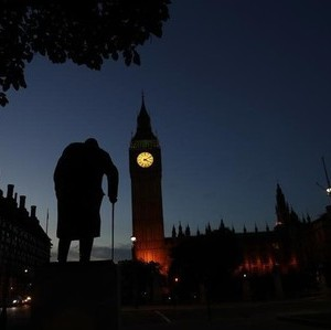 Dawn breaks behind the Houses of Parliament and the statue of Winston Churchill in Westminster, London, Britain June 24, 2016.  REUTERS/Stefan Wermuth TPX IMAGES OF THE DAY  - RTX2HW7D