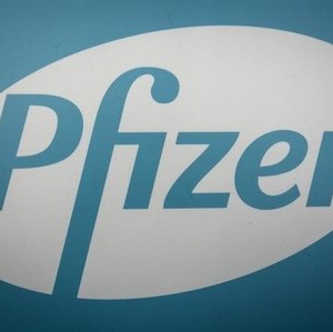 The Pfizer logo is pictured at their building in the Manhattan borough of New York October 29, 2015. REUTERS/Carlo Allegri - RTX1TUQB