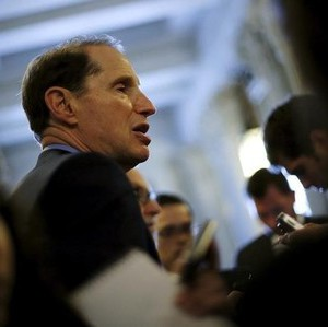 U.S. Senator Ron Wyden (D-OR) speaks with reporters the weekly after party caucus luncheons at the U.S. Capitol in Washington June 23, 2015.  REUTERS/Jonathan Ernst