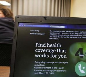 Liz Carlson, a self-employed student, attends a health care enrolment fair co-sponsored by Planned Parenthood of Northern New England and the State Employees Association at Great Bay Community College in Portsmouth, New Hampshire November 9, 2013.  REUTERS/Brian Snyder