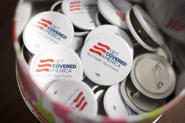 Get Covered America buttons are seen during a training session in Chicago, Illinois September 7, 2013 before volunteers canvas a Chicago neighborhood to talk with residents about the Affordable Care Act - also known as Obamacare. Picture taken September 7, 2013.   REUTERS/John Gress   (UNITED STATES - Tags: HEALTH POLITICS)