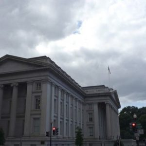 The U.S. Treasury building is seen in Washington, September 29, 2008. REUTERS/Jim Bourg  (UNITED STATES) - RTX91VM